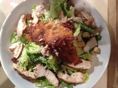 Hjemmelavet Cæsar salat med ostechips