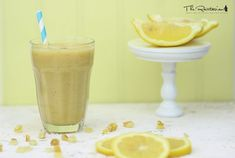 This raw lemonade smoothie has a surprisingly tangy kick. Perfect as a summery afternoon snack. The main ingredients are lemon, banana, dates, and celery. A blender is required. Juice Smoothie, Smoothie Drinks, Healthy Smoothies, Healthy Drinks, Smoothie Recipes, Eat Healthy, Easy Juice Recipes, Raw Food Recipes, Cooking Recipes