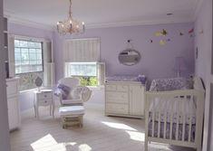Quarto de bebê lilás - Com um estilo muito peculiar esse quarto de bebê lilás e branco chama muito a atenção pois tem características de estilo clássico.