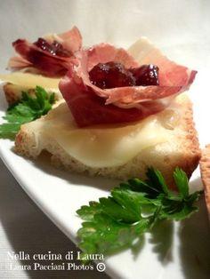 Crostoni con Pecorino prosciutto crudo e marmellata di fichi di Laura Pacciani. Blog: http://blog.giallozafferano.it/cucinalaura/crostoni-con-pecorino-prosciutto-crudo-e-marmellata-di-fichi/