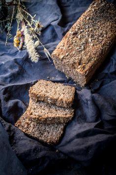 Receta de pan de arroz integral con semillas. Paso a paso para preparar este pan sin necesidad de amasado. Hecho con harina de espelta integral y semillas de girasol, semillas de comino y semillas chia.