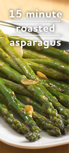 15 minute roasted asparagus recipe - a quickly roasted asparagus recipe simply tosses fresh asparagus with oil, garlic and salt! Side Dish Recipes, Vegetable Recipes, Easy Dinner Recipes, Dinner Ideas, Fresh Asparagus, Asparagus Recipe, Cuisine Diverse, Cooking Recipes, Healthy Recipes