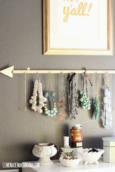 Hazte un colgador de collares y pendientes DIY como este handmade!   Decoración