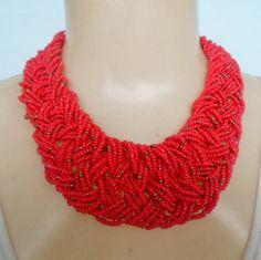 Maxi colar feito com miçangas vermelhas com dourado R$ 18,00