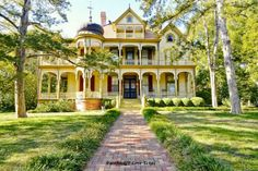 Vintage Victorian: A Queen Anne style home with a stunning wrap around porch! Waxahachie, Texas, Circa: Photo Credit: Old House Dreams. Victorian Architecture, Beautiful Architecture, Beautiful Buildings, Beautiful Homes, Classical Architecture, House Architecture, Victorian Style Homes, Victorian Porch, Victorian Decor