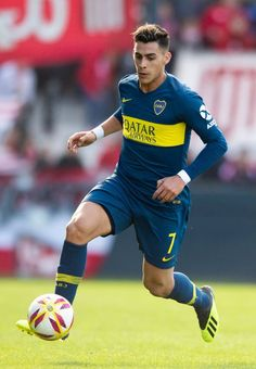 Cristian Pavon of Boca Juniors. drives the ball during a match between Estudiantes and Boca Juniors as part of Superliga Argentina at Estadio Centenario de Quilmes on August 2018 in Quilmes, Argentina. (Photo by Marcelo Endelli/Getty Images) Football Jerseys, Soccer Players, My Boys, Running, August 20, Grande, Gucci, Wallpapers, Tattoo