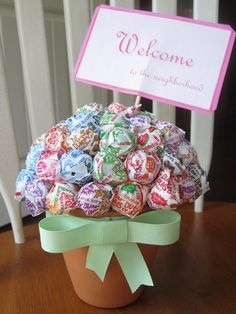 """Lollipop bouquet - new neighbor gift (back of card says: We know unpacking can be exhausting but hopefully you'll have it """"licked"""" in no time! Craft Gifts, Diy Gifts, New Neighbor Gifts, Welcome New Neighbors, Gift Card Bouquet, Lollipop Bouquet, Friend Birthday Gifts, Birthday Presents, Cheap Gifts"""