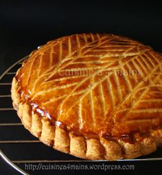 galette des rois à l'ananas Sweet Pastries, French Pastries, Phyllo Recipes, Vegan Recipes, Felt Cake, Yummy Food, Tasty, Party Desserts, Vegan Sweets