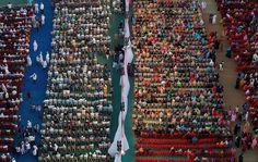 Σε μεγάλη γαμήλια τελετή με πολλά ζευγάρια στο Μουμπάϊ, οι καλεσμένοι κάθονται χωρισμένοι, δεξιά οι γυναίκες, αριστερά οι άντρες.