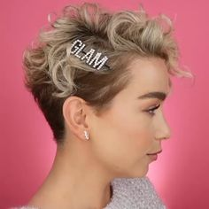 wedding hair videos Here is a modern blunt bob hairstyle idea with silver gray hair color that looks absolutely gorgeous with wavy style. Super Short Hair, How To Curl Short Hair, Short Hair Cuts, Curly Short, Curly Pixie Haircuts, Undercut Hairstyles, Undercut Pixie, Grunge Hair, Hair Videos
