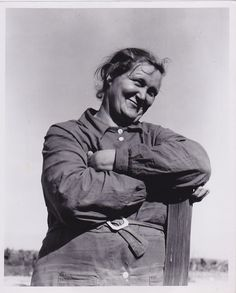 Dorothea Lange in 1936 One should really use the camera as though tomorrow you'd be stricken blind. Dorothea Lange Pick a theme a. Old Pictures, Old Photos, Vintage Photos, Famous Photos, Dorothea Lange Photography, Fotografia Social, Dust Bowl, Steve Mccurry, Great Depression