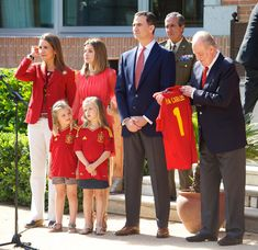 Mini football fans Sofia and Leonor check out Spain's trophy as fiesta kicks off - Picture 2