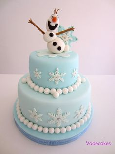 Wonderfully simple Frozen cake - change the Olaf topper for Elsa or Anna for a girl's cake Frozen Birthday Party, Olaf Birthday, 3rd Birthday, Fondant Cakes, Cupcake Cakes, Frozen Fondant Cake, Frozen Cupcakes, Bolo Olaf, Pastel Frozen