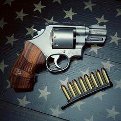 USA! 🇺🇸 • Happy SundayGunday ya'll! 🤓 • #sundaygunday #sunday #iphone7plus #murica #iphonephotography #sundaymorning #starsandbars #starsandstripes #america #usa #wheelgun #revolver #revolverporn #smithandwesson #smithandwessonfanatics #performancecenter #627pc #igmilitia #gunsofinstagram #gunporn #flagsofvalor @flags_of_valor #superbowl #357 #357mag #357magnum