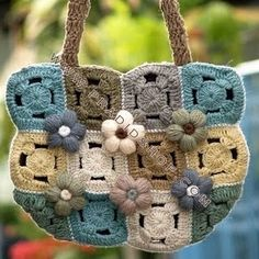 Bolsa executada em squares e flores. Muito fácil de se fazer, mas com efeito muito bonito. Direto das esquinas da Net.