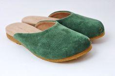 【plie clog:プリ クロッグ】素材を生かした素朴な靴シリーズです。【カラー】グリーン【素材】スエードレザークレープソール【サイズ】XS:21~22...|ハンドメイド、手作り、手仕事品の通販・販売・購入ならCreema。