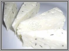 Domácí sýr (bez syřidla) 1/2 kg kostky polo nebo plnotučného tvarohu (ne vaničkový!) 1/2 l mléka (použila jsem 4% kupované, ne krabicové!...