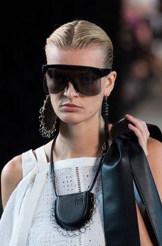 Loewe at Paris Fashion Week Spring 2019 - Details Runway Photos Fashion Week, Fashion Models, Boho Fashion, Spring Fashion, Womens Fashion, Paris Fashion, Fashion Design, Fashion Accessories, Fashion Jewelry