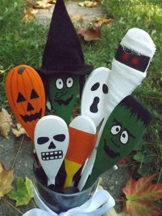 Handpainted Halloween wood spoons by Kaci L Koltz Straightforward Craft, affords simple potentialities to supply your individual merchandise. The home describes the development of concepts and merchan Halloween Wood Crafts, Halloween Painting, Diy Halloween Decorations, Halloween Crafts, Autumn Crafts, Holiday Crafts, Holiday Fun, Adornos Halloween, Manualidades Halloween
