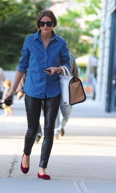 Olivia Palermo in Brooklyn. Olivia Palermo takes Mr. Butler for a walk in New York. Look Olivia Palermo, Olivia Palermo Outfit, Estilo Olivia Palermo, Olivia Palermo Lookbook, Look Camisa Jeans, Black Leather Pants, Leather Leggings, Leather Flats, Black Denim
