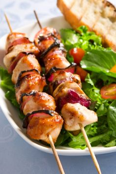 Las brochetas de pollo son un alimento super fácil de comer. Prepáralas en está época en la que el clima es ideal para una parrillada.