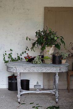 絢爛なるスクロール-french napoleon Ⅲ style table おそらくオリジナルの状態では光る黒いピアノ塗装、塗装を剥がして塗り重ねての繰り返し、全体から受ける印象は石膏か花崗岩の乾いた雰囲気。天板の塗装は石膏なども使われていると思われますので、水濡れにはご注意を。幕板の渦巻文様然り、貫に施された大きな擬宝珠パーツを存分に見せる引いた設えが美しいのでは。どこまでも細いフレームの椅子、スーパーレジェーラを合わせてモダンとの調和を。