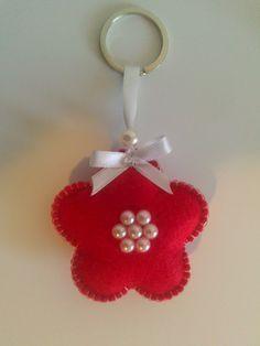 Porta chaves em feltro. Diy And Crafts, Christmas Crafts, Arts And Crafts, Felt Flowers, Fabric Flowers, Felt Keychain, Keychains, Felt Decorations, Felt Christmas Ornaments