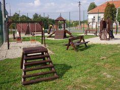 A la derecha de el campo de fútbol está el parque infantil.