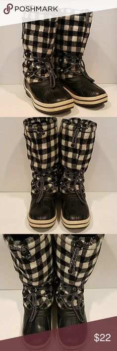 "Roxy Black and White Plaid Snow Boots Roxy Black and White Plaid Snow Boots, size 7.  Love these boots and have worn them a lot, but time to pass them on.  They keep your feet warm and dry.  Bottom portion is rubber and the upper is a heavy fleece like material.  Fully lined on the inside with a very soft fur like material.  Boots can be tightenedeith drawstring at the the foot and leg. 11"" shaft and 7"" across eg opening, laying flat.  White rubber stripping on soles has faded and yellowed…"