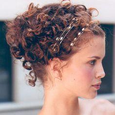 acconciatura per capelli ricci Chignon riccio con cerchietti. Guarda altre immagini di acconciature sposa: http://www.matrimonio.it/collezioni/acconciatura/2__cat