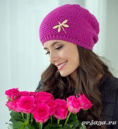 Красивая шапка спицами узором «Соты» с брошкой