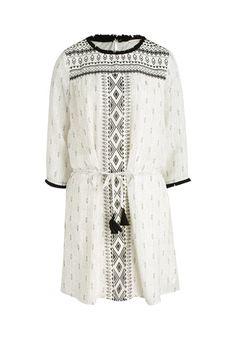 Filigranen Ethno-Chic verströmt dieses luftig-lockere Casual-Kleid. Zu schlichten schwarzen Sandalen und leicht gebräunter Haut entsteht ein alltagstauglicher Lieblingslook.
