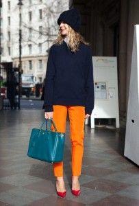 pantalon orange, escarpin rose, pull et bonnet bleu marine : très belle association pour l'hiver !