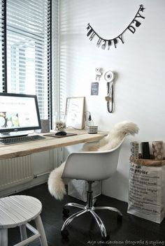 Work space - Cozy home office via Living on the Floor. Cozy Home Office, Home Office Space, Office Workspace, Home Office Design, Office Decor, Office Ideas, Office Nook, Workspace Inspiration, Home Decor Inspiration