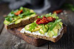 Recette de Toasts aux fromage frais, avocat et tomates séchées. Facile et rapide à réaliser, goûteuse et diététique.