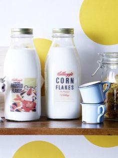 Diese Milchflaschen sind ein Hingucker auf jedem Frühstückstisch, denn die Retro-Etiketten verliehen ihnen einen nostalgischen Touch.