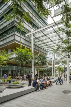 O campus da Fundação Nacional de Pesquisa de Singapura é uma universidade de pesquisa mundial composta por três edifícios de gabarito médio e uma torre alta. Pioneiros no desenho, no uso da sustentabilidade ambiental avançada e nas tecnologias de eficiência energética, o projeto consegue superar a flexibilidade e rendimento das atuais instalações de pesquisa científica nos trópicos. #arquiteturasustentável #sustentabilidade #sustainability #architecture