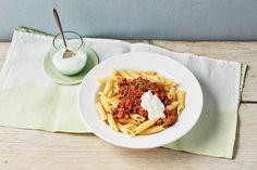 Penne mit würzigem Hack und Knoblauchjoghurt Penne, Garlic Oil, Yogurt Sauce, Food Court, Tomato Paste, 3 Ingredients, Diy Food, Spicy, Beef