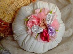 (Foto: Divulgação) How To Make Crafts, Handmade Crafts, Log Projects, Amor, Pillows, Toss Pillows, Clothing