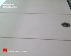 Veja como ficou! Empreendimento Ribamar Póvoa de Varzim Pavimento de Betão Branco Cliente: MENDANHA & SOUSA - COSTRUCOES, S. A. -- Take a look! Ribamar Building Póvoa de Varzim White Concrete Slabs Client: Mendanha & Sousa Construções S.A.
