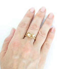 Der Ring ist in Bronze gearbeitet und mit zwei kleinen Blütenkelchen, die mit Süßwasserperlen bestückt sind, gefüllt. Dieser Ring ist frei entwickelt und die Blütenkelche sind durch die Natur inspiriert. Es ist ein handgefertigtes Einzelstück und mit sehr viel Liebe zum Detail erstellt. Die Ringschiene hat eine organische Form und auf dieser sitzen die 2 Blütenkelche. #manufaktur #handwerk #schmuck #einzelstück #unikat #boho #bohoschmuck #blüte #perle #perlenschmuck #bronzeschmuck #natur Bronze Ring, Rings, Gold, Jewelry, Handmade Jewelry, Handcrafted Jewelry, Bronze Jewelry, Organic Shapes, Online Shopping
