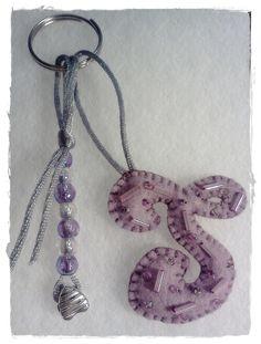 Porta-chaves Inicial Nome (bordada com vidrilhos e missangas)