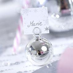 Véritables objets de décoration de table, ces boules de Noël marque-places argentées en verre mercurisé sont d'une incroyable finesse. Il vous suffit de glisser une étiquette porte-nom dans l'attache supérieure et de placer ces boules de Noël près de chaque assiette.