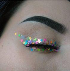 Delineado de glitter e estrelas. Pinterest: @giovana