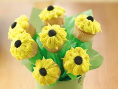 Sunflower Cupcakes Bouquet: This delightful edible bouquet is perfect for a bridal shower, garden party or Mother's Day celebrations. Cute Cupcakes, Birthday Cupcakes, Cupcake Cookies, Floral Cupcakes, Beautiful Cupcakes, Simple Cupcakes, Daisy Cupcakes, Decorate Cupcakes, Mocha Cupcakes