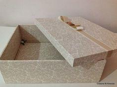 Caixa em mdf, medidas 22x21x7,5 cm, inteira forrada com tecido, a pedra do laço pode não ser a mesma da imagem, caso isso ocorra será colocado meia pérola.