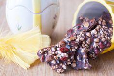 Gott påskgodis utan raffinerat socker: chokladbräck rocky road style eller med mandlar, bovetepuffar, gojibär och kakaonibbs.