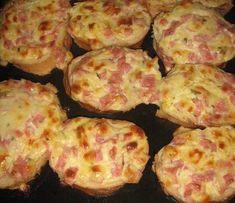 Pizza rapida pe felii de paine • Gustoase.net Brunch Recipes, New Recipes, Breakfast Recipes, Cooking Recipes, Bread Recipes, Bosnian Recipes, Croatian Recipes, Pizza Snacks, Snacks Für Party