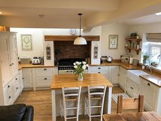 Over the years, many people have found a traditional country kitchen design is just what they desire so they feel more at home in their kitchen. Kitchen Tops, New Kitchen, Kitchen Dining, Kitchen Decor, Kitchen Pantry, Kitchen Counters, Small Kitchen Diner, Kitchen Ideas, Square Kitchen