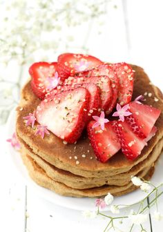 Fluffy Vegan Strawberry Pancakes without Bananas {gluten-free and oil-free}